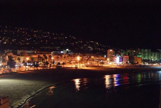 La plage nord de Peñiscola de nuit