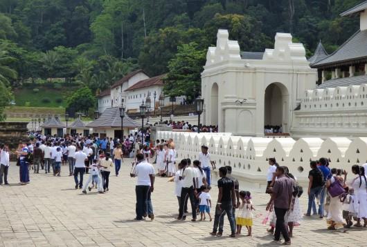 Le Temple de la Dent du Bouddha, lors d'une cérémonie